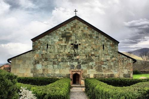 Самая древняя грузинская церковь — Болнисская церковь (или Болнисский Сион), она была построена еще в V веке. Она расположена в 8 км от пригорода Рустави Болниси, в селении Квемо-Болниси.